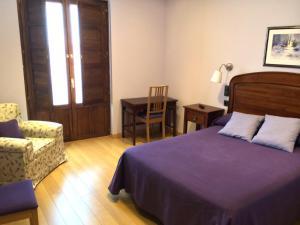 A bed or beds in a room at Hospedaje La Judería