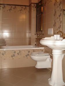 A bathroom at Hotel Bast Wellness & SPA
