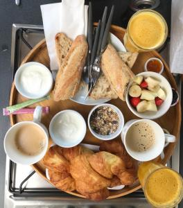Breakfast options available to guests at Péniche Alclair