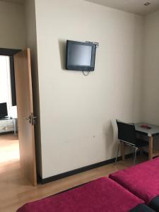 Una televisión o centro de entretenimiento en Hostal de Cuenca