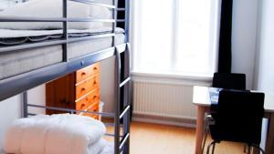 Våningssäng eller våningssängar i ett rum på Wisby Jernväg Hostel