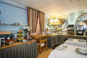 A restaurant or other place to eat at Hotel Ribes Roges