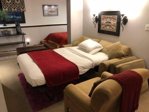 A bed or beds in a room at Barclay House Bed and Breakfast