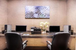 منطقة الأعمال و/أو غرفة المؤتمرات في Baymont by Wyndham Dallas/ Love Field