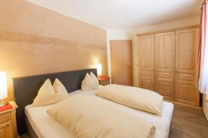 A bed or beds in a room at Amadeus Appartement