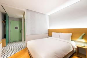 A bed or beds in a room at Hotel Peyto Gangnam