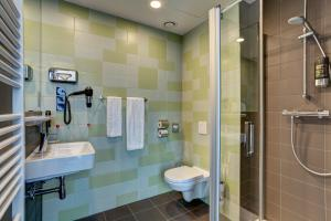 A bathroom at MEININGER Hotel Amsterdam Amstel