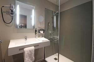 A bathroom at Le Faisan Dore