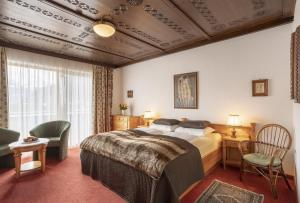 A bed or beds in a room at Hotel Neue Post