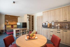 A kitchen or kitchenette at Hotel Neue Post
