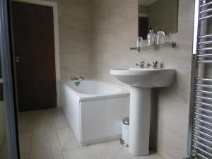 A bathroom at Greyhound Inn