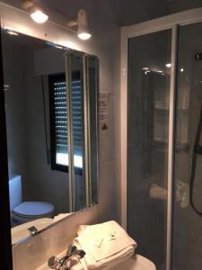 A bathroom at Hotel Derli Sella