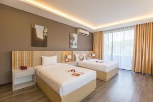 Giường trong phòng chung tại Binh Duong Hotel
