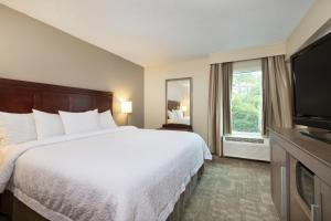 A bed or beds in a room at Hampton Inn Houston Near the Galleria