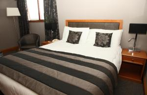 A bed or beds in a room at New Inn Hotel
