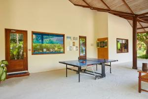 Tenis stołowy w obiekcie Komandoo Island Resort & Spa lub pobliżu