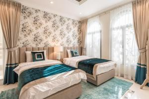 A bed or beds in a room at Chic 5BR Villa with Private Pool on Palm Jumeirah