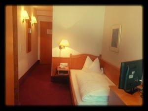 A bed or beds in a room at Hotel-Restaurant Zum Loewen