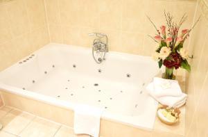 A bathroom at Esseborne Manor