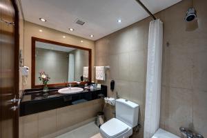 A bathroom at J5 RIMAL Hotel Apartments