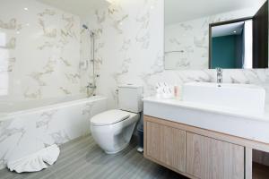 A bathroom at Hotel Tranz