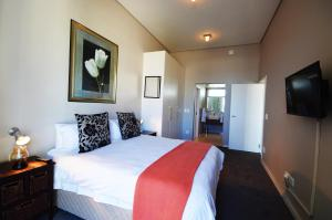 A bed or beds in a room at Harbour Bridge Luxury Apartments