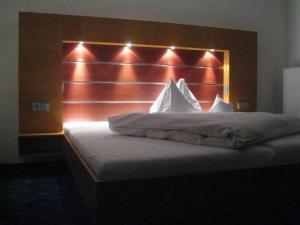 A bed or beds in a room at Grüner Baum