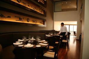 Um restaurante ou outro lugar para comer em Ayres De Salta Hotel