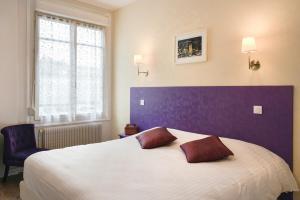 Cama o camas de una habitación en Logis Hôtel Des Châteaux De La Loire