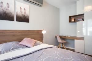 Un ou plusieurs lits dans un hébergement de l'établissement Exclusive Apartments Kraków Kazimierz
