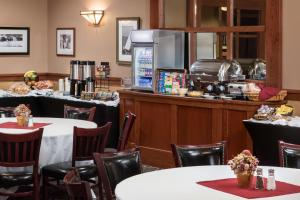 A restaurant or other place to eat at Ramkota Hotel Watertown