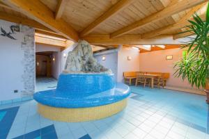 Der Swimmingpool an oder in der Nähe von Hotel Naggler Weissbriach