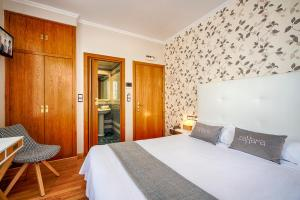 A bed or beds in a room at Hostal Zahara