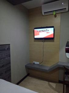A television and/or entertainment center at Qing Yun Resthouse -Delima Satu