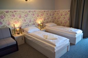 Łóżko lub łóżka w pokoju w obiekcie Targowski Dwór Mazury