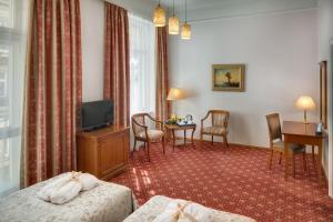 A television and/or entertainment centre at Boutique Hotel Seven Days