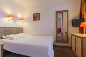 A bed or beds in a room at Résidence Pierre & Vacances Le Chamois Blanc