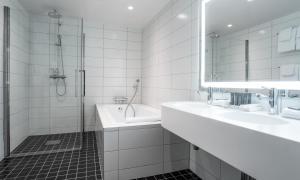 A bathroom at Thon Hotel Triaden
