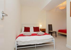 A bed or beds in a room at Large Cosy House Ideal for Corporate Lets