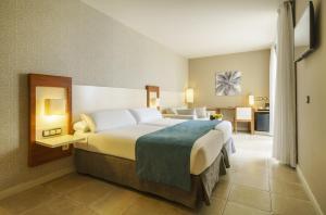 Cama o camas de una habitación en Ilunion Fuengirola