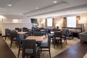 A restaurant or other place to eat at Hampton Inn Denver-West/Golden