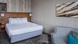 A bed or beds in a room at Courtyard by Marriott Stamford Downtown