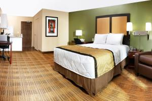 A bed or beds in a room at Extended Stay America Suites - Philadelphia - Airport - Bartram Ave