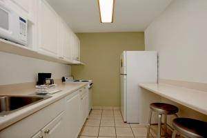 A kitchen or kitchenette at Extended Stay America Suites - Philadelphia - Airport - Bartram Ave