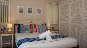 A bed or beds in a room at Hastings Cove Holiday Apartments
