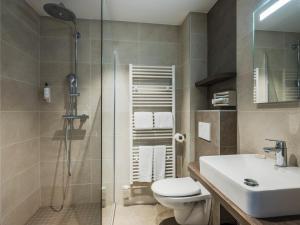 A bathroom at Hotel Restaurant Au Riesling