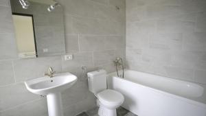 A bathroom at Pensiunea Sofia