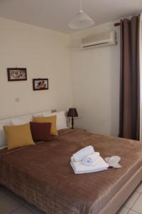 Кровать или кровати в номере Glyfada Gorgona Apartments