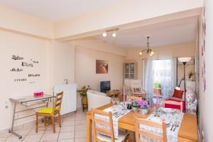 A restaurant or other place to eat at Comfortable Family Apart near Corfu