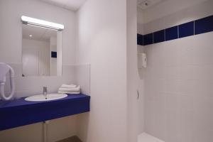 A bathroom at Hotel Le Petit Duquesne